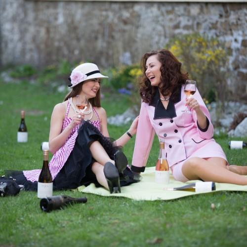 Garden party s ružovými vínami
